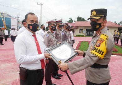 Kapolres Bontang Beri Penghargaan Anggota Yang Berprestasi