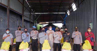 Kapolres Bontang Serahkan Bansos Untuk Pemulung di Tanjung Laut Indah