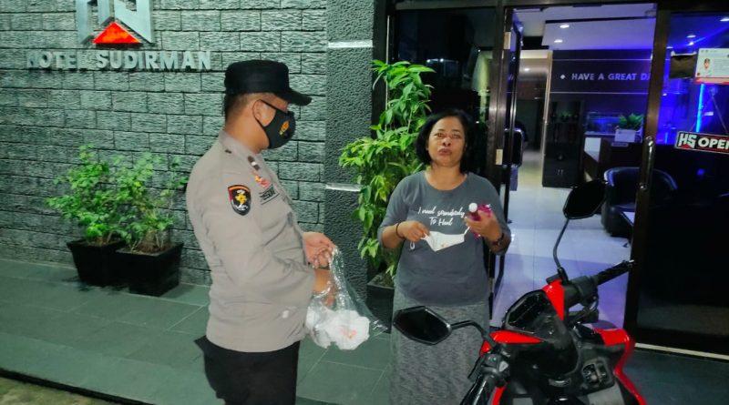 Cegah Corona Polsek Bontang Selatan Bagikan Masker Saat Patroli